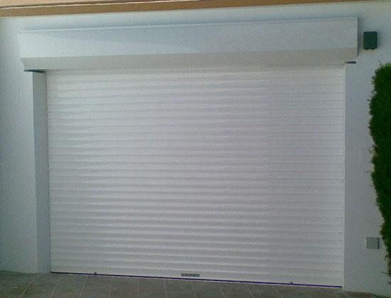 Puerta de garaje enrollable de aluminio con tambucho - Cierres para puertas de aluminio ...